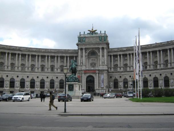 Новый Хофбург в Вене. Конный памятник полководцу принцу Евгению Савойскому (1865 год) у дворца Новый Хофбург.